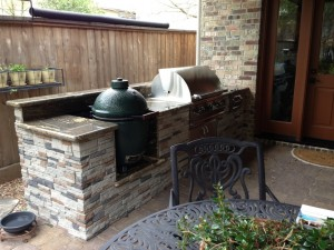 This built-in Big Green Egg was designed and built by Outdoor Homescapes of Houston. More at www.outdoorhomescapes.com.